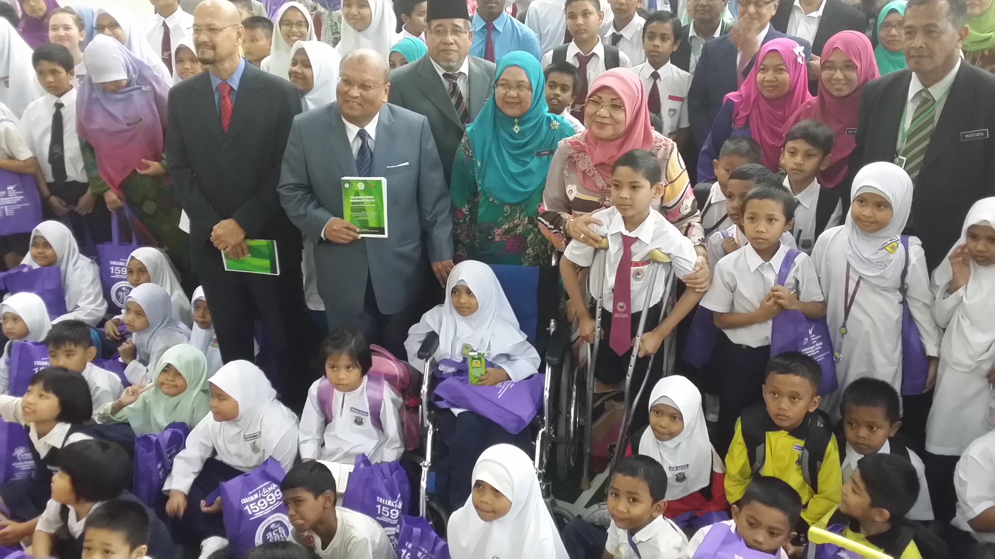 SEBAHAGIAN daripada penerima Biasiswa Mutiara di SMA, MAIWP, Kuala Lumpur semalam