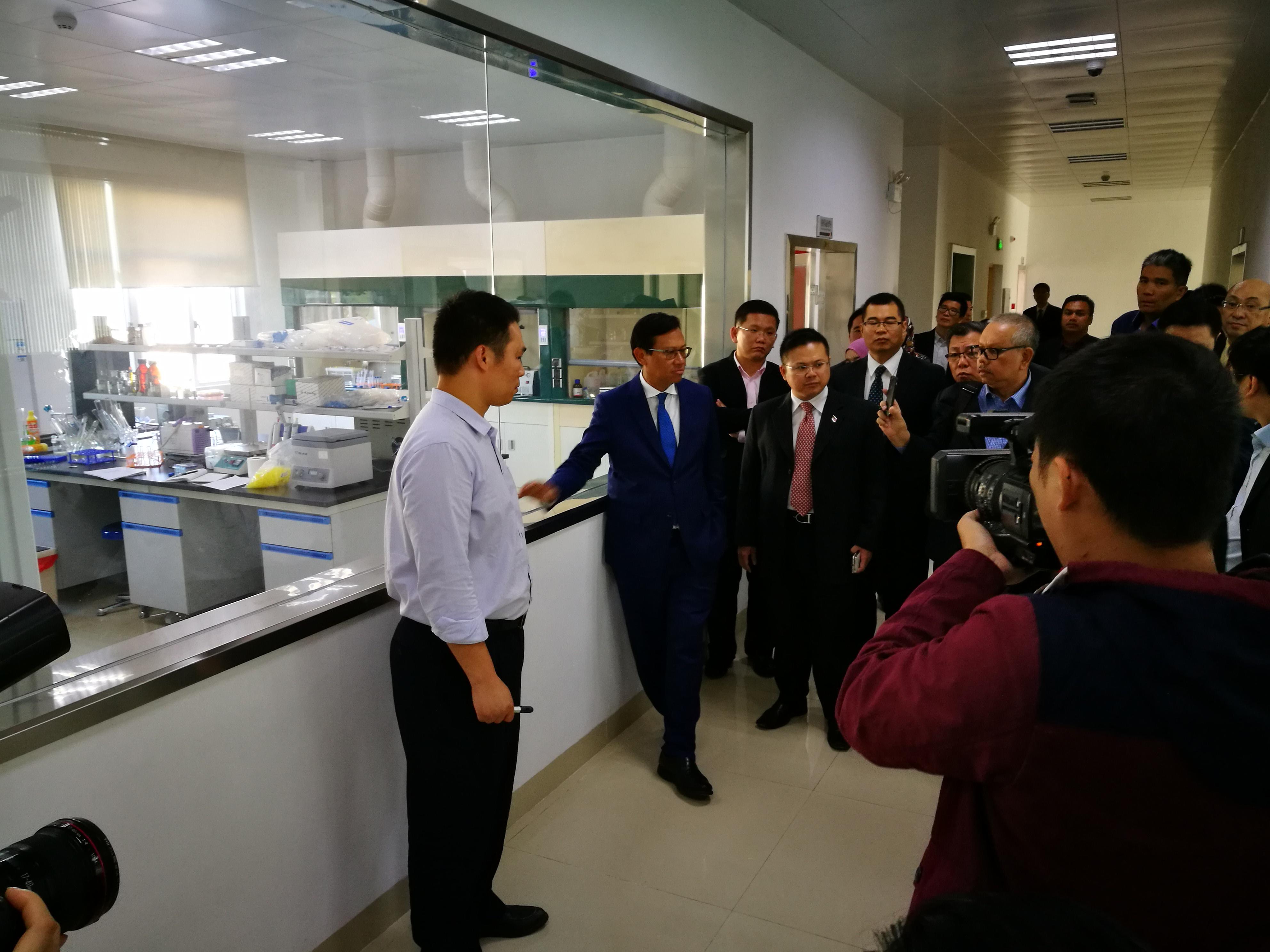 Ahmad Shabery mendengar taklimat mengenai persediaan Makmal Pemeriksaan Sarang Burung Walit dan makanan sihat bernutrisi daripada He Ri An.