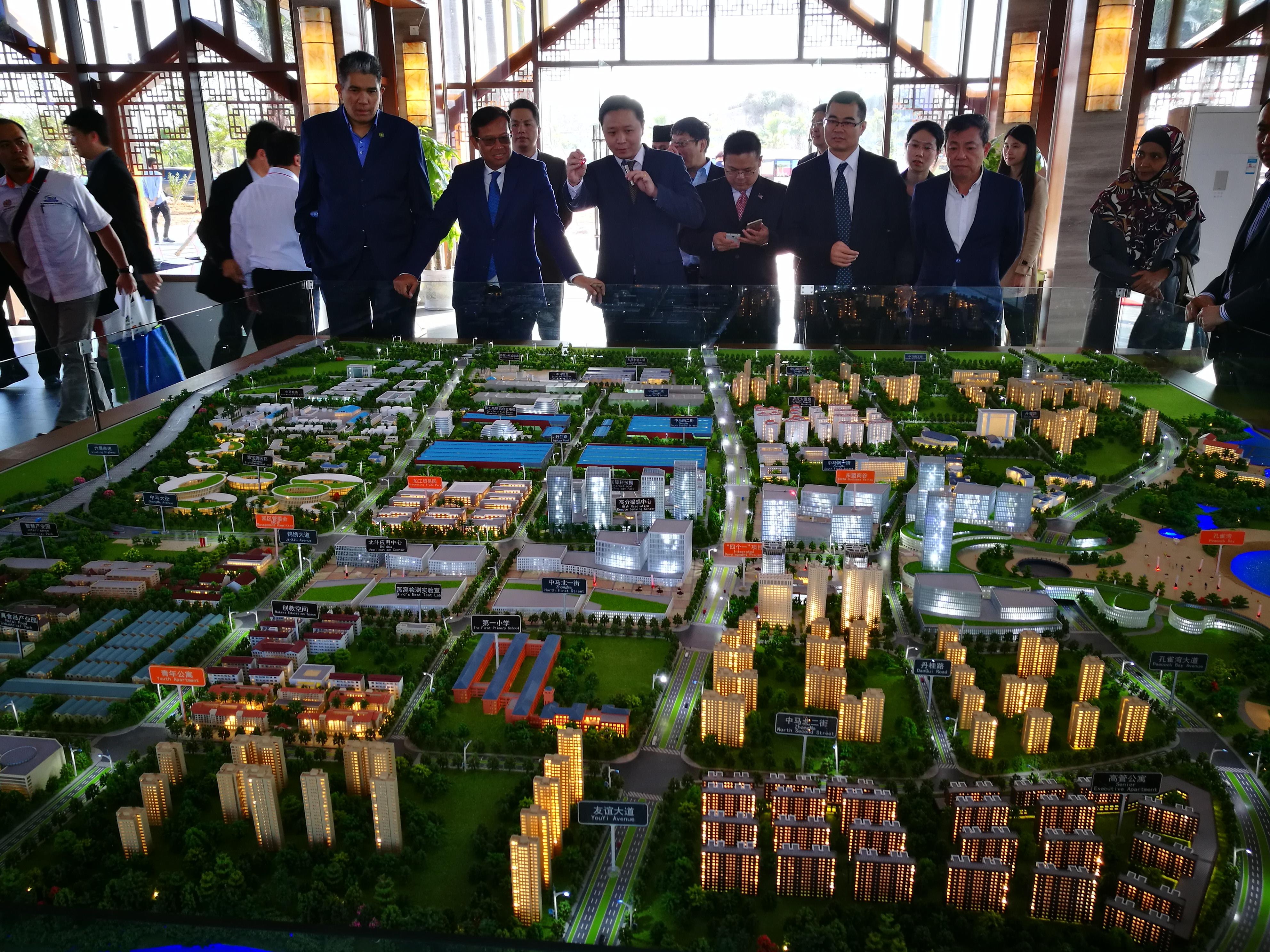 Rombongan MOA yang diketuai Ahmad Shabery diberi penerangan cadangan pembangunan Taman Perindustrian China Malaysia Qinzhou (China-Malaysia Qinzhou Industrial Park).