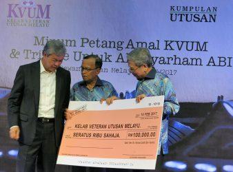Zahid handing over a mock cheque worth RM100,000 to the veterans of Utusan Melayu Group at Utusan Melayu Hall, Jalan Chan Sow Lin, Kuala Lumpur.
